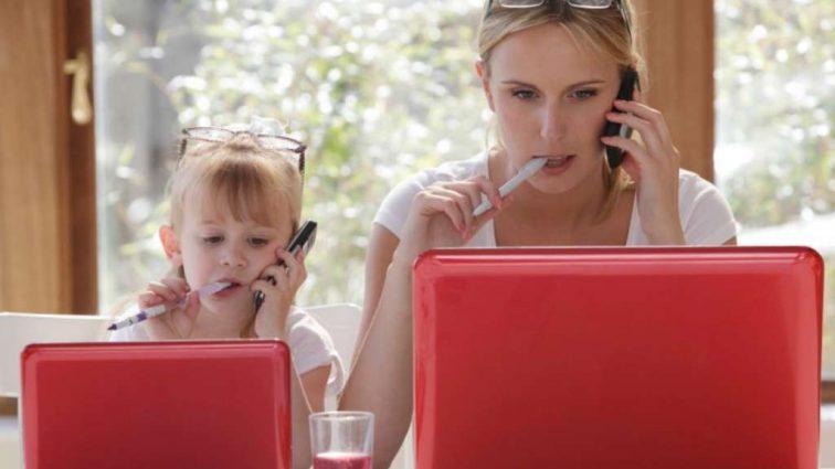 Стало известно, как будет насчитываться страховой стаж для мам