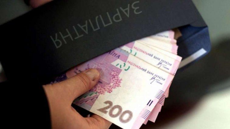 «Вместо пенсии …»: украинцам рассказали, чем для них обернется «зарплата в конвертах»