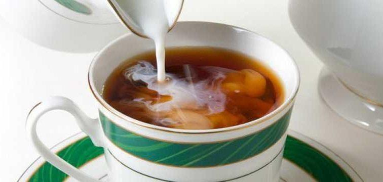 Ученые предупредили об опасности чая с молоком