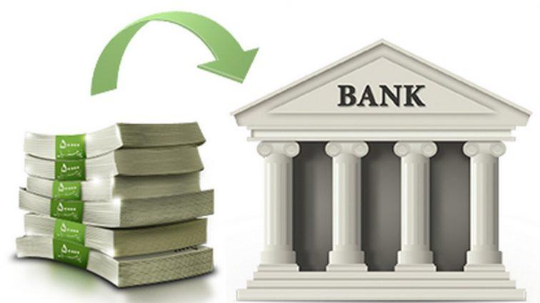 Украинцы снова понесли деньги в банки: эксперт назвал причину