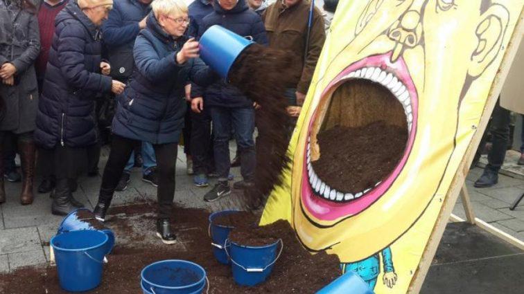 «Сегодня наши активисты дали Гройсману поесть земли»: Пикет под окнами Кабмина. Видео