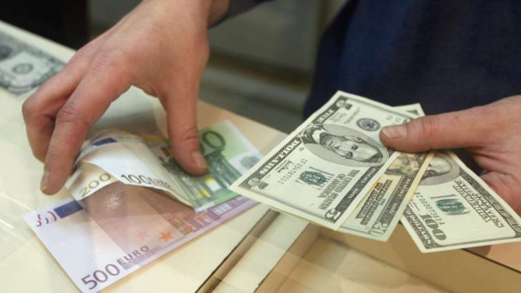 Впервые за 3 года, украинцы купили больше валюты, чем продали