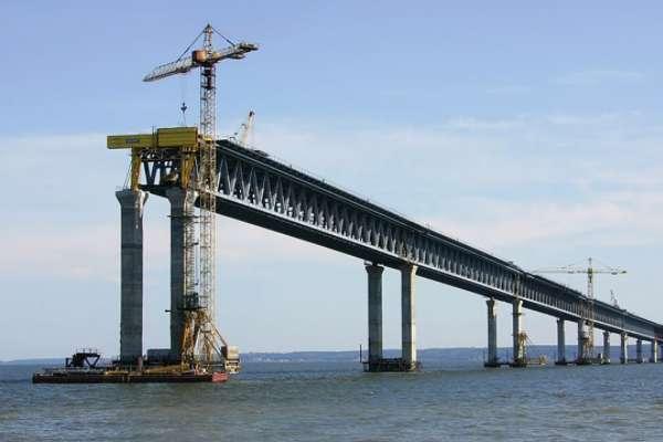 Посол США: строительство Керченского моста ограничивает транспортное сообщение