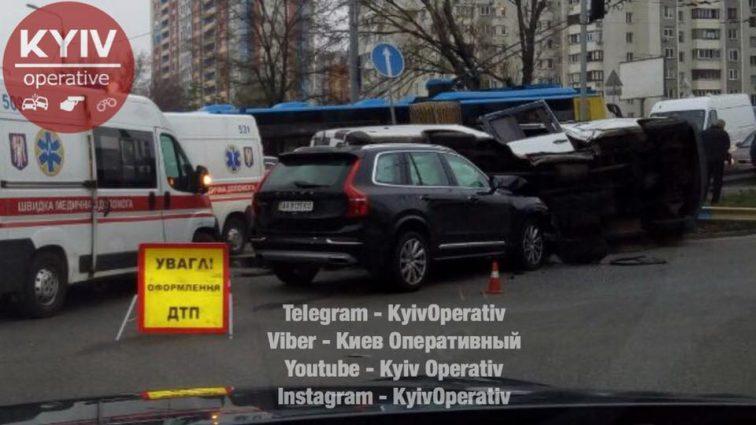 Масштабное ДТП в столице: джип протаранил микроавтобус, есть пострадавшие
