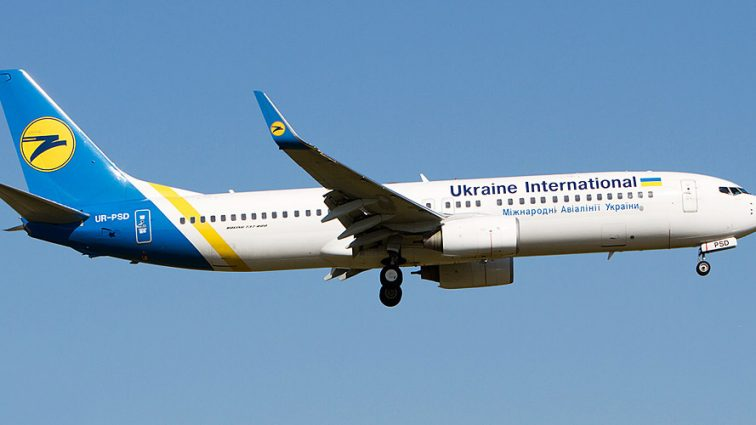«В одних тапочках и футболке, зато с ананасом» Чем на этот раз поразила пассажиров украинская авиакомпания