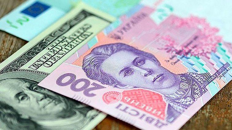 Официальный курс гривны сегодня зафиксирован на уровне 26,93 грн / долл