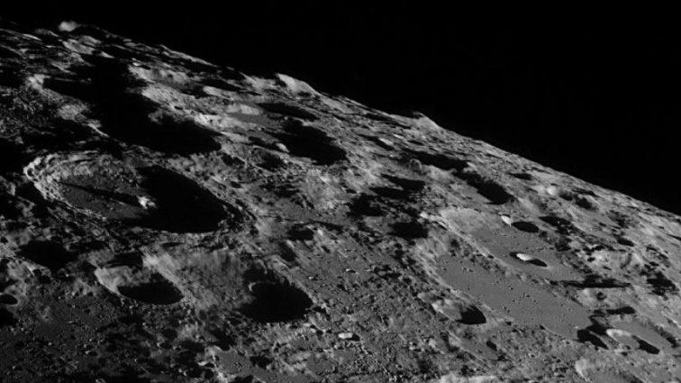 Луна надежно спрятала свои тайны от землян