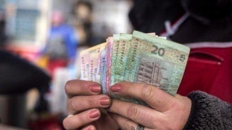 Большая половина украинцев получают низкие зарплаты, которые должны «расти»