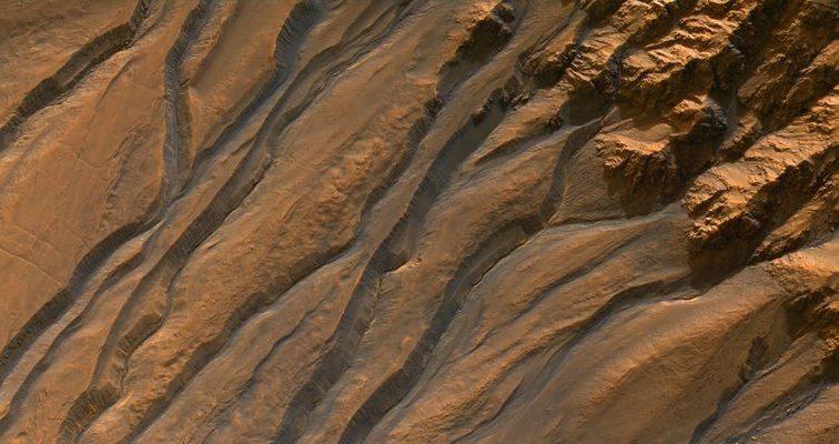Известные темные линии на Марсе оставила не вода — ученые