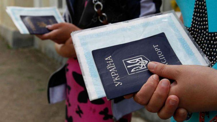 35% украинцев хотели бы уехать за границу: Какая работа самая популярная?