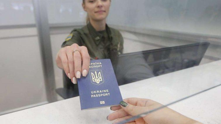 Почему задерживают выдачу биометрических паспортов и кто в этом виноват