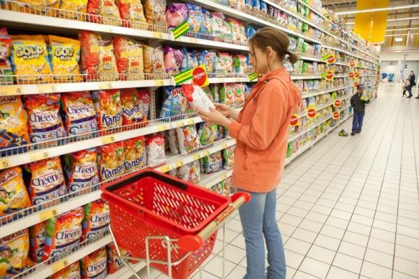 Осторожно, предновогодняя акция: Как украинцев заманивают покупать просроченные продукты