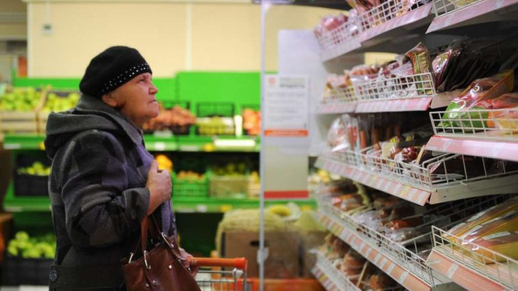 В январе продукты скакнут в стоимости: Как пересчитают ценники в магазинах по новому курсу доллара