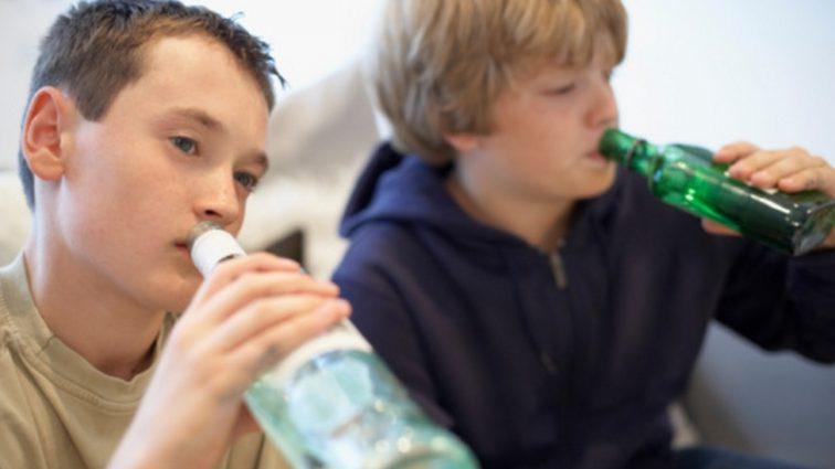 Ученые выяснили, как употребление алкоголя влияет на мальчиков-подростков
