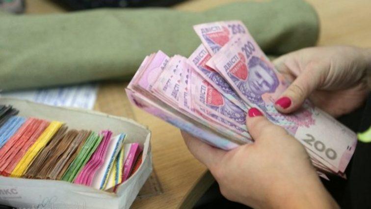 Кто в Украине получает самые большие зарплаты