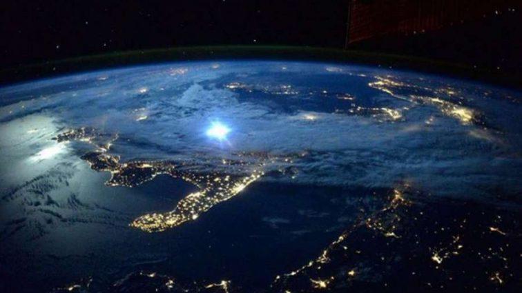 Нереальное зрелище: астронавт показал, что творится за иллюминатором