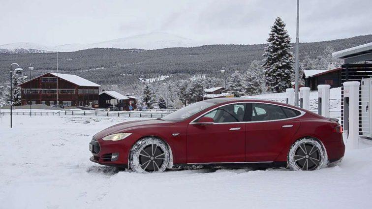 Видеохит: электрокар Tesla отбуксировал застрявший в снегу грузовик