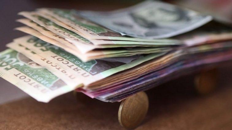 Им еще мало: кому чиновники поднимут зарплаты втрое