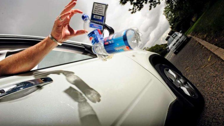 Еще один штраф для водителей существенно увеличится: За выбрасывание мусора на дорогах придется выложить кругленькую сумму