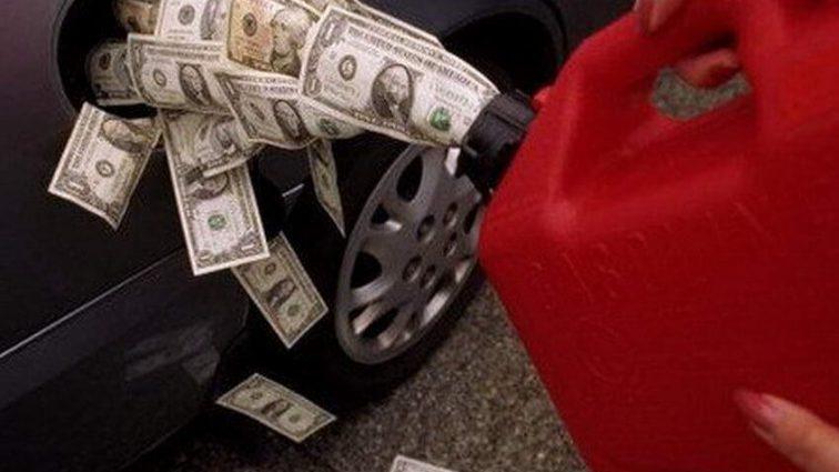 Доллар и евро неожиданно «упали». Что происходит с ценой на бензин