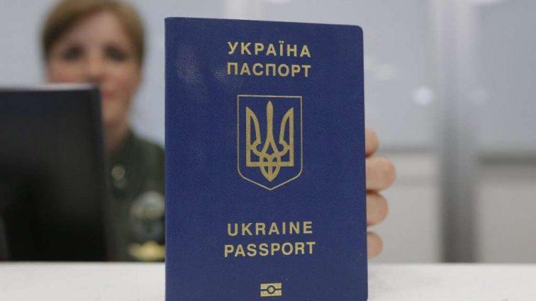 «Не соответствует современным требованиям»: синюю паспорт-книжку больше не будут выпускать в Украине