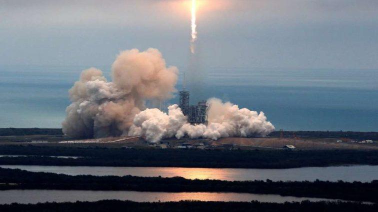 SpaceX перенесла запуск спутника: узнайте причину