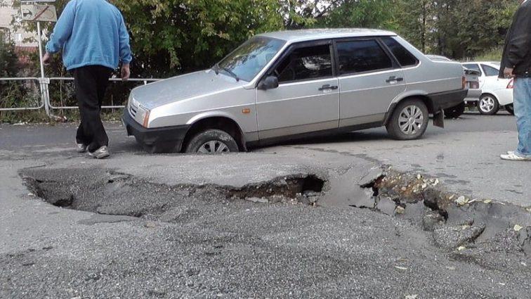 Повредил автомобиль из-за ямы на дороге — получай компенсацию! Узнайте детали