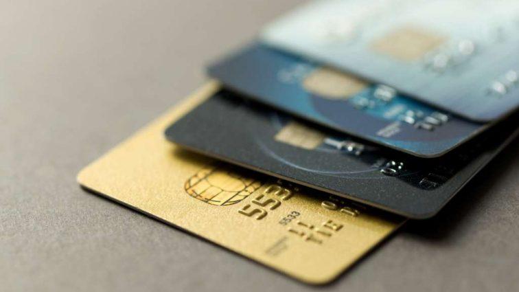 Почему банки стали массово блокировать карточки украинцев?