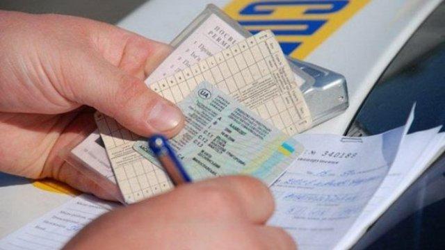 Визы, водительские права и «быстрые» браки: Рынок фальшивок в Украине стремительно набирает популярность