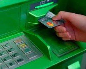 Банки начали массово блокировать карточки украинцев. Что нужно знать