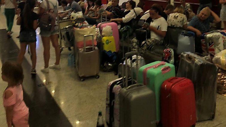 В Батуми застряли украинские туристы: спят на чемоданах, есть травмированные