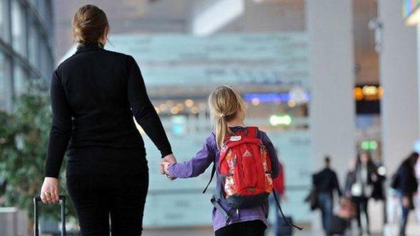 Новый закон для родителей: вывозить детей за границу теперь придется по другим правилам
