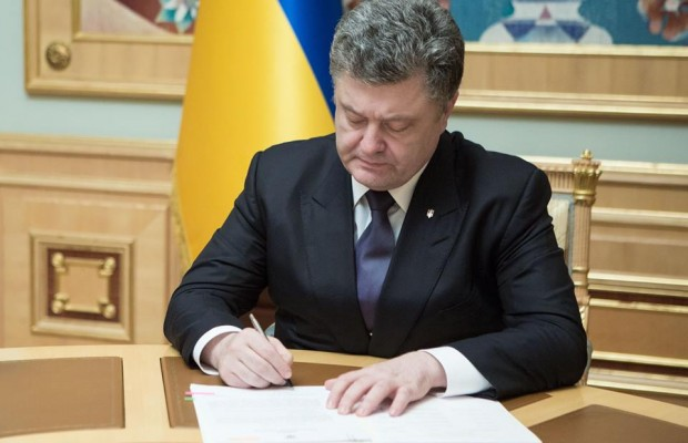 «Никто долги отдавать не будет!»: Порошенко подписал важный закон