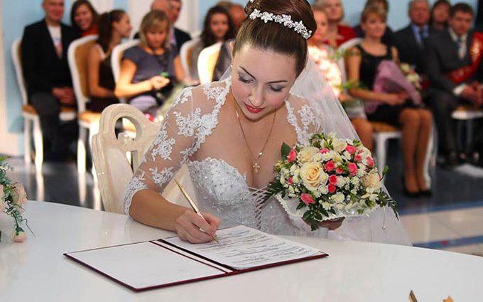 Свадьба за одну гривну! Адвокат раскрыл все коррупционные схемы