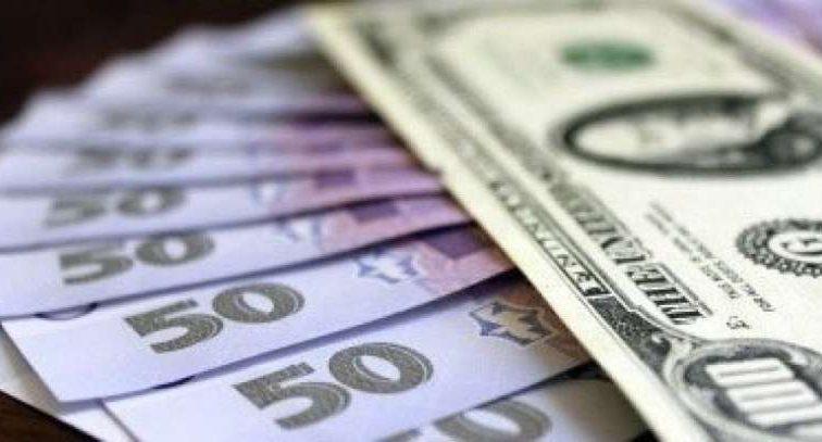 Украинцы накануне праздников продают валюту