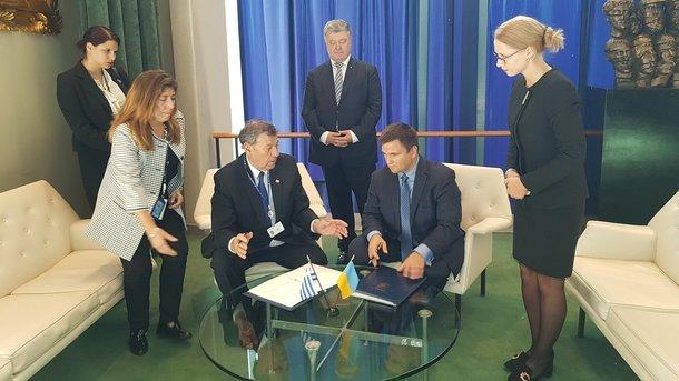 Безвиз с еще одной страной: Украина подписала новое соглашение