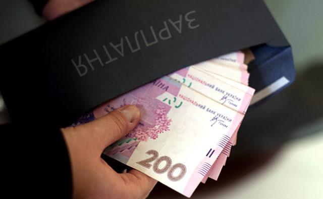 «Черная» зарплата в конвертах: В Украине обнаружили тысячи неофициальных работников
