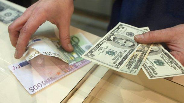 Доллар немного упал в цене