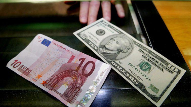 Евро и доллар в обменных пунктах синхронно подешевели