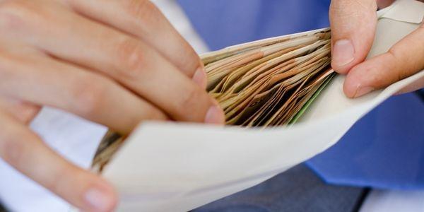 «Легче дать контролирующим органам взятку, и продолжать выплачивать в конвертах», — Суслов