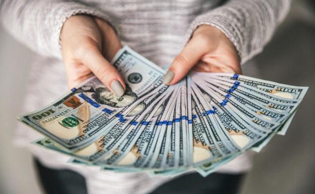 Доллар на праздники резко замер