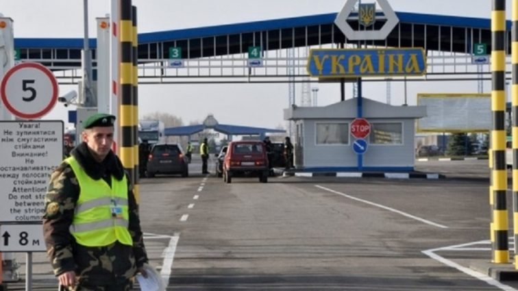 Россиянам запретили въезд на территорию Украины. Что нужно знать