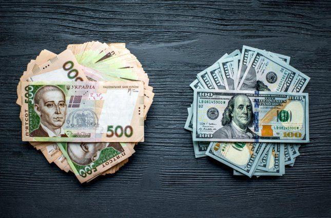 «Зеленый» в банках Украины подешевел: сколько стоит валюта сегодня
