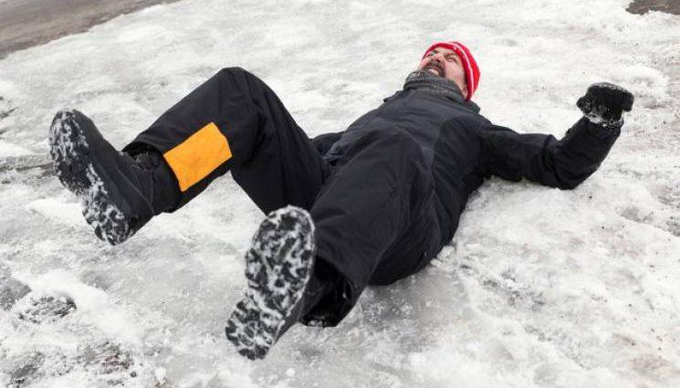 Неубранный снег или гололед: Украинцы могут получить деньги за падения на льду, что нужно знать
