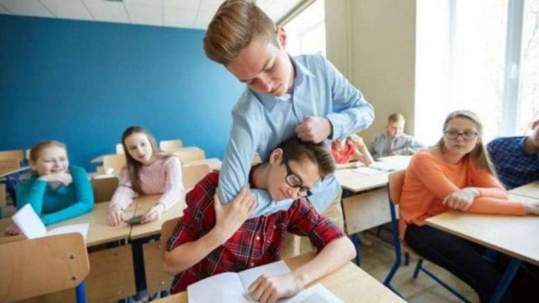 Украинцев впервые накажут за буллинг в школах: суд вынес решение