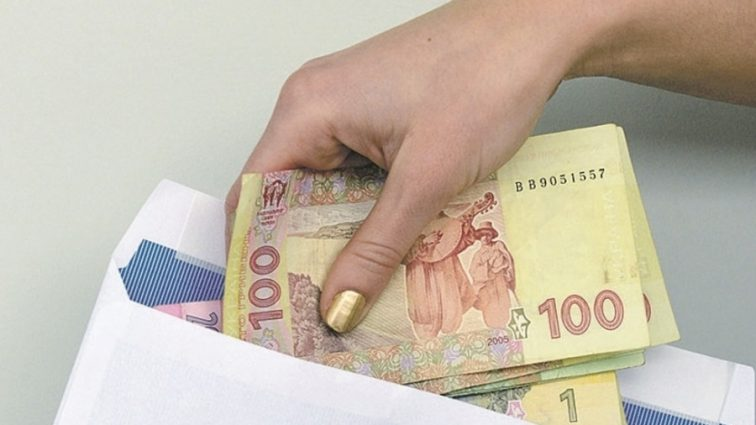 Украинцев могут наказать за зарплаты в конвертах: что запланировали фискалы